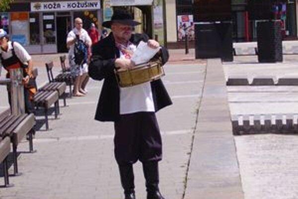 Bubeník na mikulášskom námestí pozýval na Stoličné dni a nabádal ľudí, aby počas nich  svojim rukám pokoj dali a veselosti sa oddali.