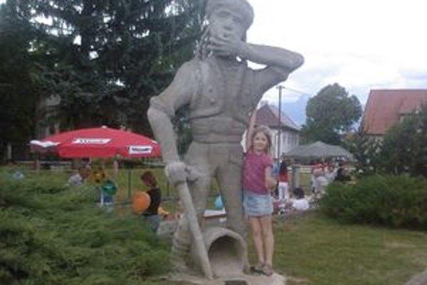 Pacho má v Hybiach aj svoju sochu. Jej autorom je miestny rezbár Daniel Pallay, ktorý ju vyrobil a daroval obci pred štyrmi rokmi.