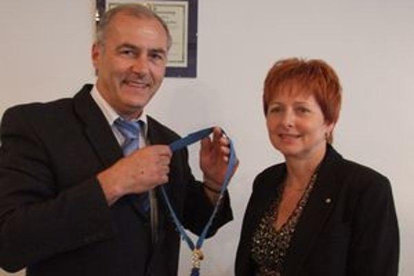 Anne Ševčíkovej odovzdáva prezidentskú funkciu Rotary klubu v Liptovskom Mikuláši Marián Hlavna.