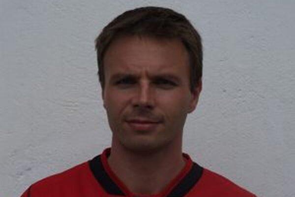 "Futbalista L. Mikuláša Peter Pitoňák dostal za červenú kartu ako reakciu na ""zásah"" svojho protivníka Kostelného."
