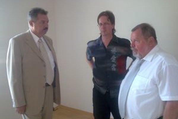 Počas kontroly rozostavaných bytov, zľava Miroslav Kašuba, Miroslav Kašák a Ľudovít Chropovský, zástupca riaditeľa Štátneho fondu rozvoja bývania.