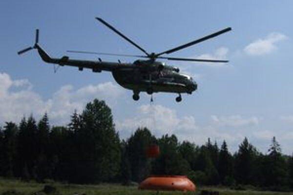 Do ťažko dostupného terénu vodu vozili pomocou vrtuľníkov.
