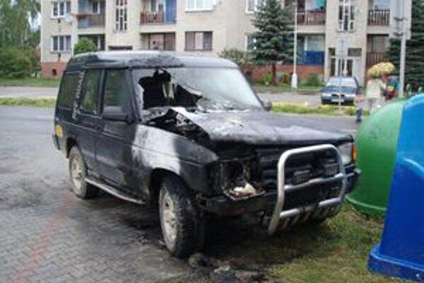 Príčiny vzniku požiaru auta vyšetrujú hasiči aj policajti.