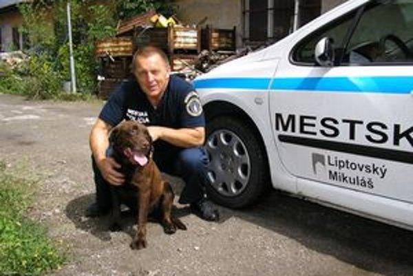 Odchyteného psa mestský policajt Miroslav Niňaj umiestnil do karanténnej stanice.