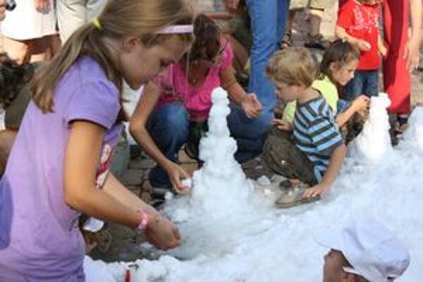 Sneh na pláži bol skutočný. Deti z neho stavali snehuliakov a ich rodičia si mohli vychutnávať more v kadi so zabudovanou pieckou.
