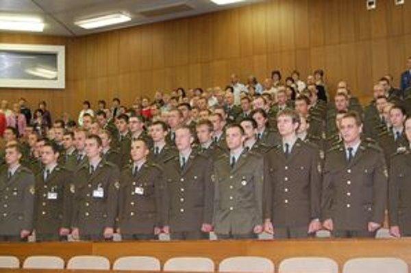 V Akadémii ozbrojených síl generála M. R. Štefánika v Liptovskom Mikuláši pokračujú v dennom štúdiu tretiaci a štvrtáci, prvý ročník už dva roky neotvorili. Plánujú ho otvoriť na budúci rok.
