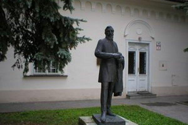 Stará evanjelická fara v Liptovskom Mikuláši, v ktorej bol založený spolok Tatrín. Pred ňou socha Ľudovíta Štúra.