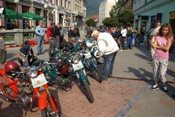 Na Mostovej ulici v Ružomberku sa zastavil na chvíľu čas vďaka historickým motorkám. Tie tam mali promenádu v sobotu pred jazdou dolným Liptovom a pred súťažou v Hrabove.