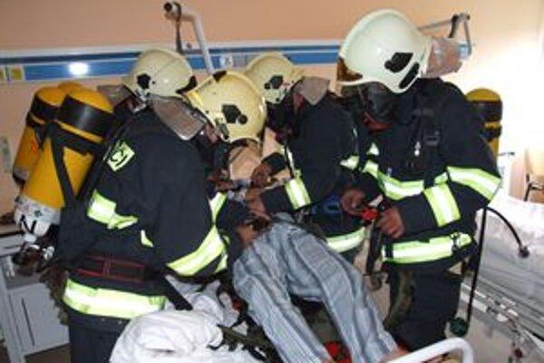 Hasiči priamo z nemocničného lôžka evakuovali štyroch pacientov.