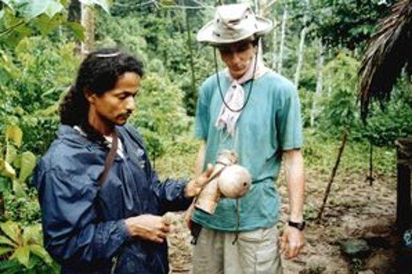 Dominik Plávka (vpravo) si prezerá šamanov tulec s nádobou na jed.