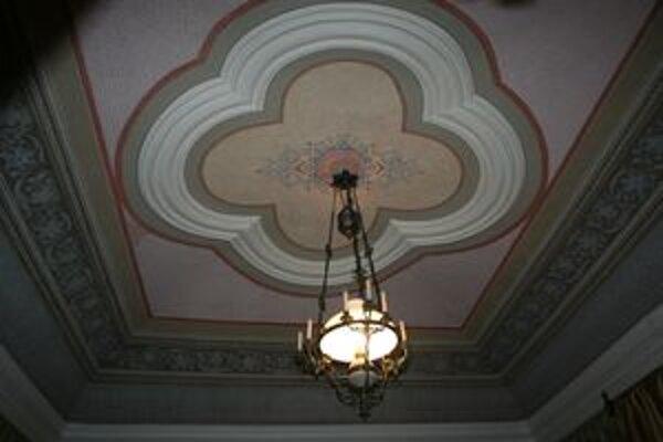 Stropy bývalého Soľného úradu dal vyzdobiť komorský prefekt František Wisner jedinečnými maľbami. Objavili ich pod omietkou pri rekonštukcii a v jednej miestnosti ich zreštaurovali.