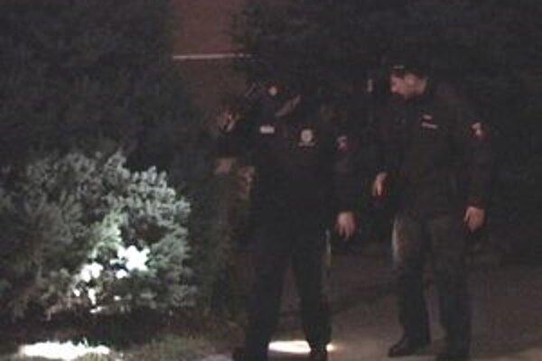 Policajti vo večerných hodinách prehľadávali okolie miesta tragédie.
