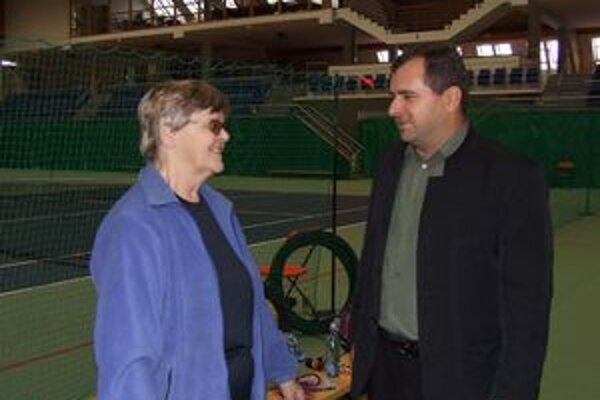 Trénerka modernej gymnastiky a medzinárodná rozhodkyňa Vlasta Fialová prišla do Liptova pôvodne na jeden rok, napokon zostala štyridsaťsedem rokov trénovať liptovské dievčatá. Na fotografii s Petrom Mačalom.