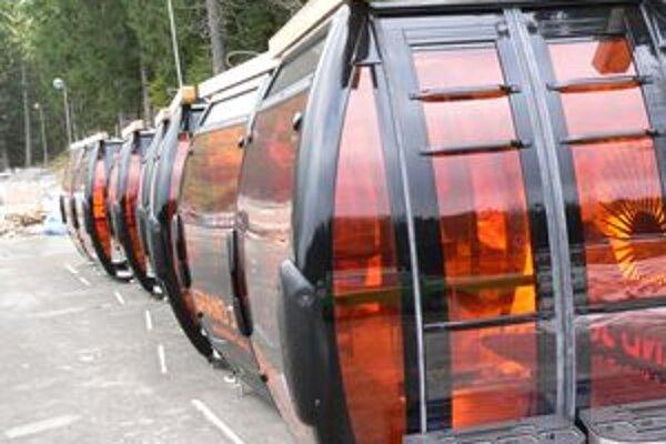 Oranžovo-čierne  sfarbenie kabíniek lanovky navodí dojem slnečného počasia, aj keď bude zamračené a padať sneh.