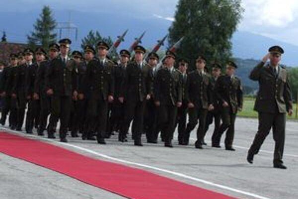 Vyradenie absolventov Akadémie ozbrojených síl, školy, ktorá stojí pred dejinnou križovatkou.