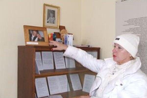 Soňa Barániová v Zuzkinom kútiku obohatenom tabuľkami s rukopismi básnika Milana Rúfusa. Tabuliek s jeho žiackymi básňami je stoštyridsať.