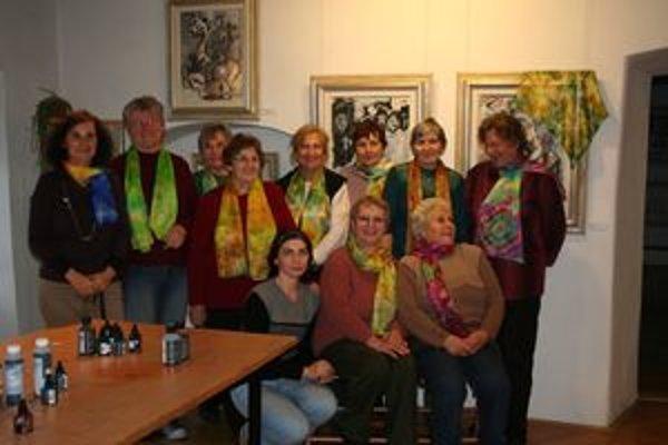 Ženám sa hodvábne šatky, ktoré si vlastnoručne urobili v Centre Kolomana Sokola, vydarili. Škoda by ich bola schovávať pod kabáty.