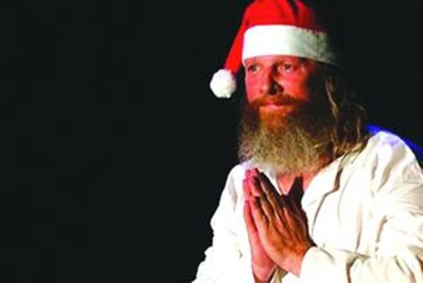 Miro Kasprzyk ako JežiSanta. Na MIMshow s ním pravidelne účinkujú  plyšoví herci. Počas festivalu  sa pohádali,  či nosí darčeky Santa, alebo Ježiško. Ich spor vyriešil Miro  Kasprzyk diplomaticky a ako JežiSanta poprial všetkým šťastné a veselé Vianoce.