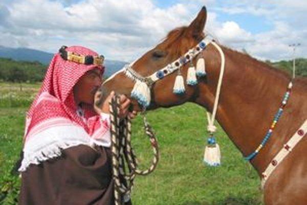 Feras Boulbol má oblečenú arabskú džalabíju, ale bežne ju nenosí ani v nej nejazdí. Arabštinu ovláda vraj iba pasívne. Jeho meno Feras znamená v preklade bohatier.