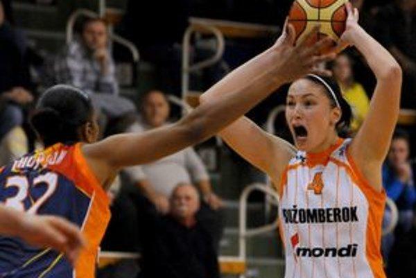 Simona Podešvová z Ružomberka (vpravo) a hráčka Rumunska Tina Thompson.