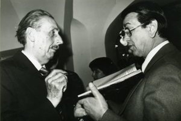 Martin Martinček (vľavo) sa nerád fotografoval aj preto, že si myslel, že má dlhý nos a nie je fotogenický. Na fotografii podpisuje knihu hercovi Gustávovi Valachovi.