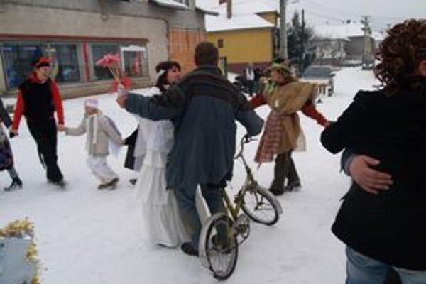 Po netradičnom svadobnom obrade si s nevestou Cha a ženíchom Ritom zatancovali masky venčekový tanec. Niektorým pri tom neprekážal ani bicykel.
