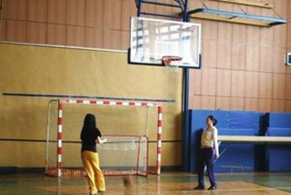 Hotelová akadémia nainštalovala do telocvične nové konštrukcie na basketbalové koše
