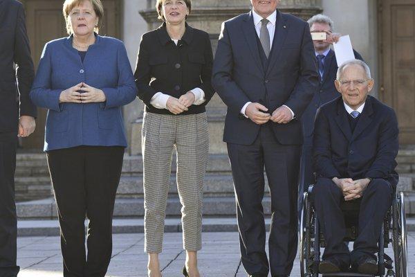 Zľava nemecká kancelárka Angela Merkelová, manželka nemeckého prezidenta Elke Büdenbenderová, nemecký prezident Frank-Walter Steinmeier a predseda nemeckého parlamentu Bundestag Wolfgang Schäuble.