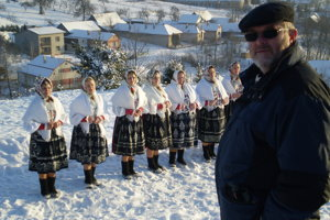 Peter Hudák s folkloristkami v súčasnosti.