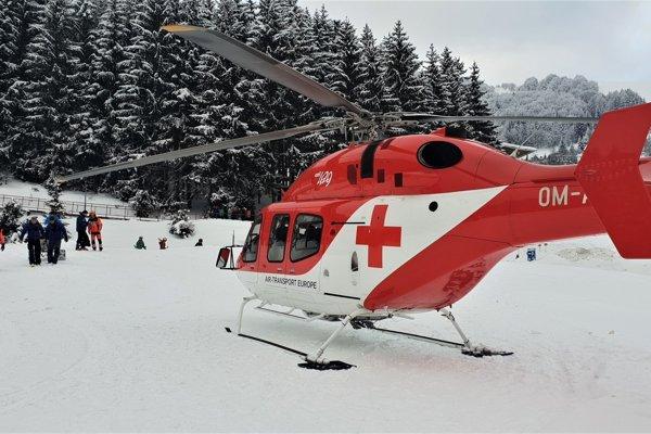 Pomoc záchranárov na vrtuľníku potrebovala mladá lyžiarka.