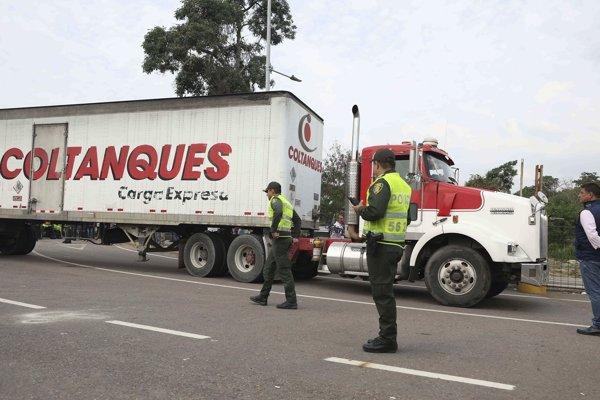 Kamión s humanitárnou pomocou na hraniciach s Kolumbiou.