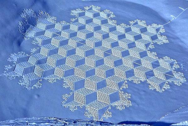 Jeden zo snehových výtvorov Simona Becka.