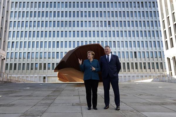 Nemecká kancelárka a riaditeľ BND Bruno Karl pred nevým sídlom BNDv Berlíne.