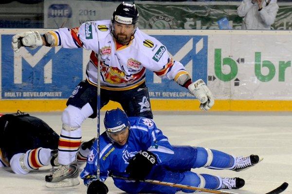 Peter Pucher (v bielom) ešte vo farbách Zvolena. Pod ním súčasný kapitán HC Košice Ladislav Nagy.