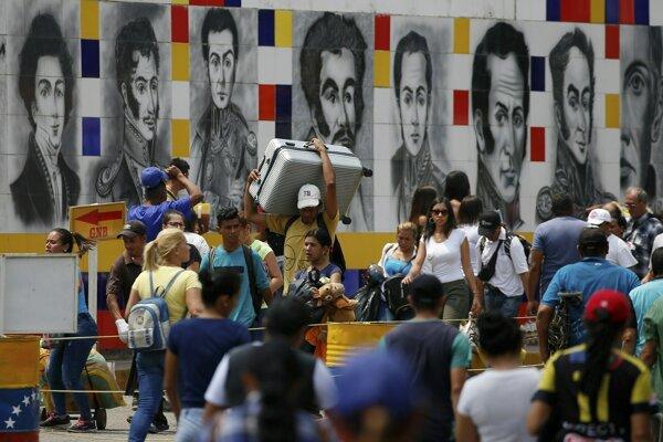 Venezuelčania na pohraničí chodia nakupovať do susednej Kolumbie, keďže doma zápasia s hlbokou krízou.
