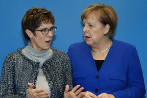 Pravdepodobná nástupkyňa Angely Merkelovej (vpravo) vo funkcii predsedníčky nemeckej konzervatívnej strany Kresťanskodemokratická únia Nemecka (CDU) Annegret Krampová-Karrenbauerová (vľavo).