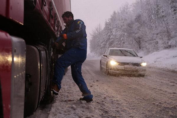 Na mnohých miestach krajiny kolabovala doprava.
