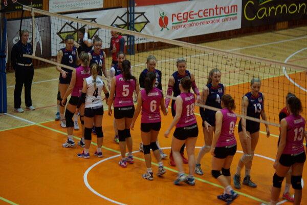 Podávanie rúk pred zápasom TU Zvolen - COP Nitra