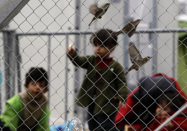 Deti sa hrajú na gréckej strane hraníc.
