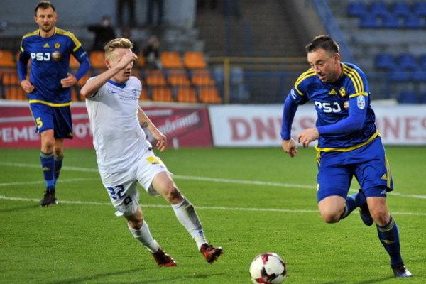 Miroslav Keresteš (vpravo, ešte vo farbách Jihlavy) by mohol byť pre mladé prešovské mužstvo vítanou studnicou skúseností.