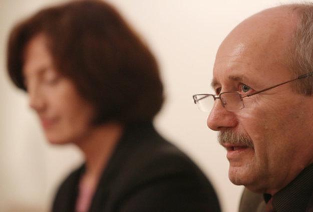 Riaditeľka Univerzitnej knižnice UMB Ľudmila Homolová a Peter Klinec - riaditeľ Verejnej knižnice M. Kováča