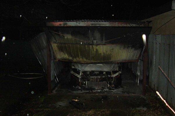 Jedno z áut zhorelo priamo v garáži.