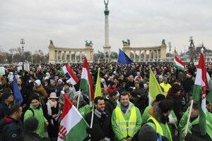 Na snímke protivládna demonštrácia na Námestí hrdinov v centre Budapešti v Maďarsku 16. decembra 2018.