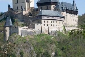 Stredoveký hrad Karlštejn sa stal miestom zinscenovanej komédie.