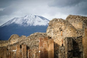 Antické mesto Pompeje, nachádzajúce sa približne 240 kilometrov južne od Ríma, zničil v roku 79 n.l. výbuch neďalekej sopky Vezuv.