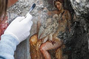 Freska zobrazujúca antickú mytologickú postavu Lédu s labuťou, ktorú našli archeológovia v talianskych Pompejach 19. novembra 2018.