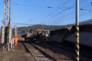 V nedeľu pracovali na odvoze materiálu z vykoľajených vagónov.
