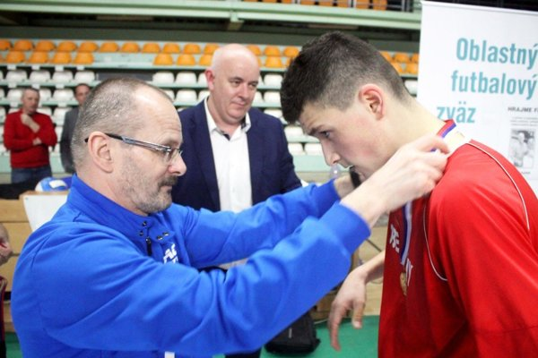 Peter Bojda zo spoločnosti ACT blahoželá Daliborovi Debnárovi zo Zbehov. Vzadu predseda ObFZ Štefan Korman.