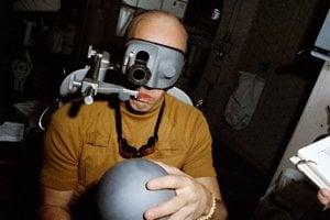 Astronaut Charles Conrad pri teste zmyslového orgánu, ktorý ovláda rovnováhu.