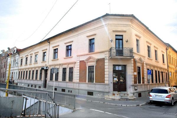 SaS Slovensko. Pred rokmi mala budovu na Štefánikovej a sídlo na Zvonárskej ulici. Dodnes zamestnáva súdy.